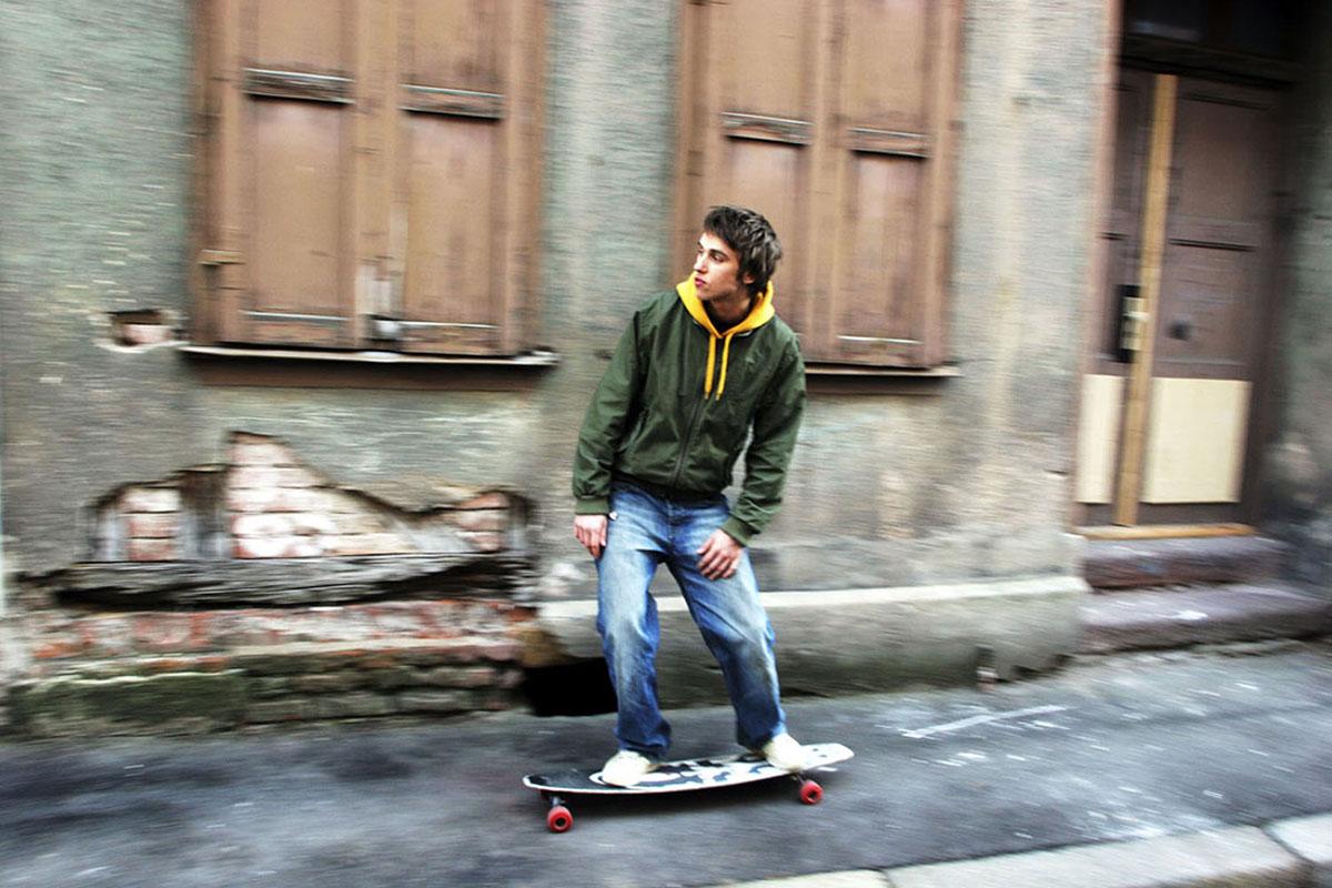 Clueso auf seinem Skateboard